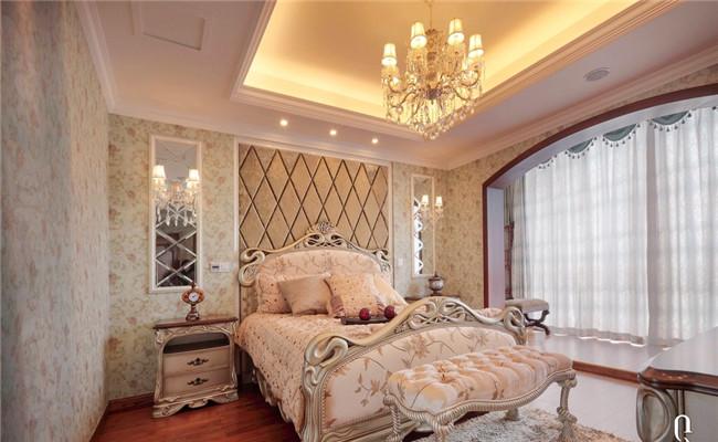 呈现出线条美感的家具,均以质地上好的胡桃木、樱桃木以及榉木等原料制成。正是对材料的考究,才让眼前的这些欧式家具更加具有原汁原味的传统与奢华。 其中,卫生间更是雍容华贵,华丽的卫浴洁具、镜子、装饰品、再加上欧式的壁柜,整个空间流露出一种西洋的调子;现代欧式厨房令人耳目一新,别具匠心,独树一格;其客厅、餐厅、卧室等充分体现了主人追求高品位的生活态度,以现代的美打造富有高贵典雅的精致居家生活。