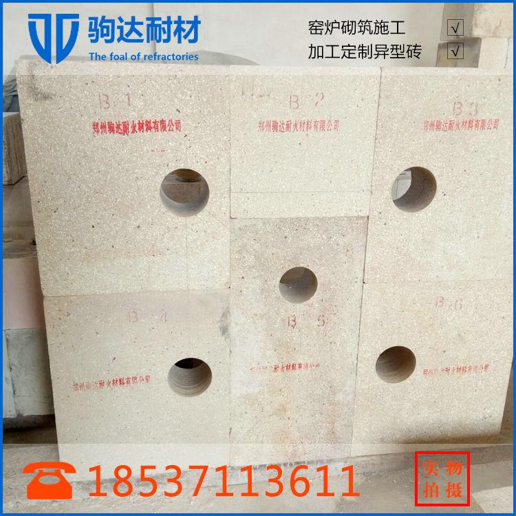 锡槽是浮法平板玻璃生产线的心脏,而锡槽槽底砖的质量好坏则是影响锡槽能否正常运行的关键结构材料,一般采用粘土砖。这种粘土砖一般较大,要求单重在50kg以上,有的甚至重达400~500kg,不宜采用普通的机压法或捣打法成型,一般采用浇注成型法。 采用振动浇注成型法生产浮法玻璃槽底用大型粘土砖的生产工艺要点如下:采用粘土熟料、莫来石细粉、氧化物超细粉和硬化剂组成自硬性泥料,将制砖泥料调配成既具有触变性(可采用振动浇注料成型),又具有自硬性,成型后经过一定时间静置后即可脱模的泥料。为满足成型工艺要求,在配料组成中