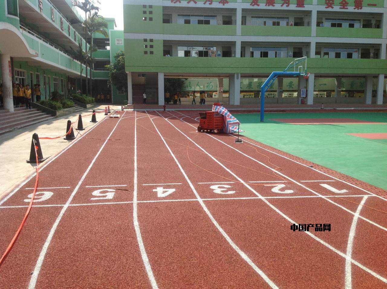 透气型塑胶跑道为何被中小学广泛选用_手机搜狐网
