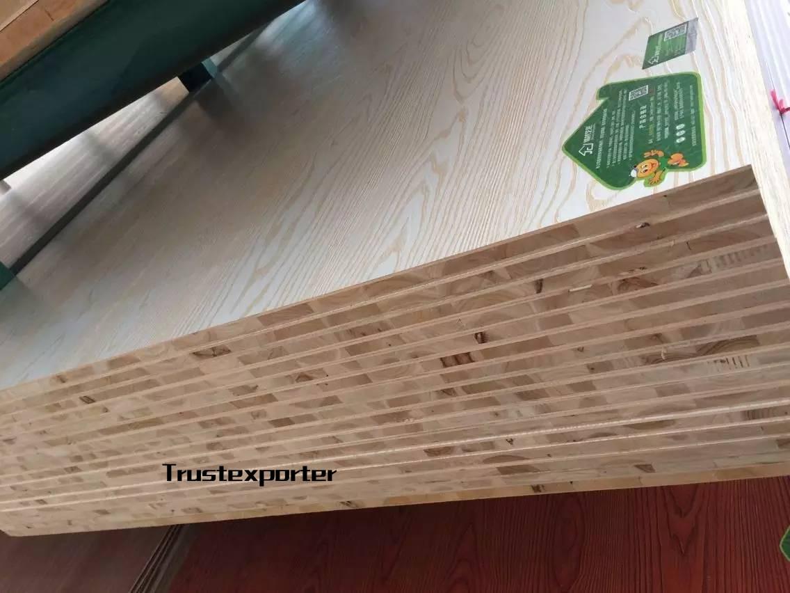 精材艺匠杉木生态板采用欧美的环保型脲醛胶,接近苛刻的F4星要求,基本上达到零甲醛释放。 精材艺匠生态板所用的基材全部采用实木多层板和进口芯马六甲生产。 在家装领域,节约了油漆成本,缩短了装修后的入住时间,加工快捷迅速,使用寿命长。