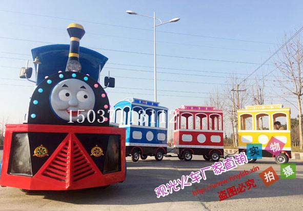 该迷你电动小火车由一个火车头和四个乘客车厢组成,可以容纳20名