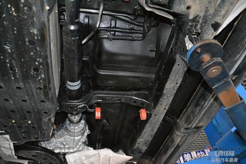 做底盘装甲时,汉高工艺和使用材料尚可,对汽车底盘的保护几乎可以说是全方位的,基本能够隔绝地表对底盘造成的伤害,比如夏季地面对底盘的烘烤,含有酸性物质的雨水或防御行驶时溅起的砂砾对底盘造成损伤,这是底盘装甲的初衷,也是大家选择做底盘装甲的主要原因。另外,选择做底盘装甲还有一个很重要的原因,就是关于二手车残值的问题。我们都知道,烂车先烂底,无论平时如何注重汽车外观的保养,但行驶过三四年的汽车底盘已经开始逐渐锈蚀,哪怕不影响正常行驶。但一辆二手车到底整不整,升起来看看底盘也就心中有数了。随便敲敲,底盘上锈蚀的铁