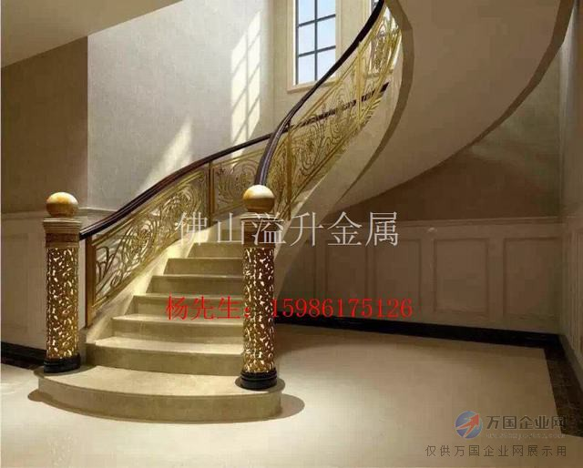 欧式做色楼梯护栏效果图 点亮室内楼梯护栏韵味 铝型材的硬度可抵御拉力和较大的冲击力,其抵御才能较其它传统建筑用料为佳. 3、耐腐蚀性:铝合金楼梯护栏的外表紧紧的依附了一层坚固的铝氧化膜,再通过油漆或阳极氧化等外表处理,可进一步加强其维护功能,因而具有极强的搞腐蚀性,所以不管在空气污染的都市或海盐腐蚀的海岸区域,均能放心运用,为您处理修理的后顾之虑。 4、精美润滑的外表:铝得天独厚的长处可应用于多种不一样的外表抛光技能,较为遍及的有油漆、粉末涂层、阳极氧化、电泳。外表十分为润滑的粉末涂层可防御紫外光,无需常