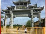 雕刻青石双龙石柱的寺庙石雕牌坊