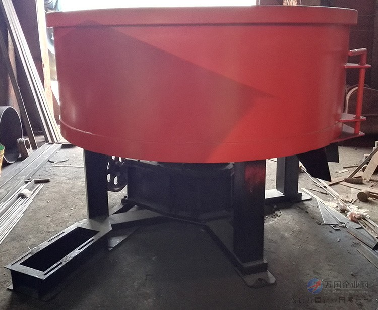 商丘市方圆型煤设备有限公司生产的轮碾机设备,采用了一流的服务,先进的技术,并对设备不断的创新,追求卓越的理念为广大用户服务,更是要为客户提供高质量的设备,实现互利双赢。 一、轮碾机的介绍: 以碾砣和碾盘为主要工作部件而构成的物料破(粉)碎或混练的设备。 作为破碎(粉碎)的设备称为干碾机。例如碾盘回转式轮碾机有一对碾砣和一个碾盘,物料在转动的碾盘上被碾砣碾碎。碾盘外圈有筛孔,碾碎的物料从筛孔中卸出。在耐火材料工业中主要用于破(粉)碎中等硬度的黏土、熟料、硅石等。一般用来对物料进行中碎和细碎。用这种干碾机破碎