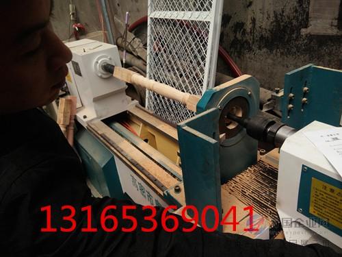 数控木工车床解决填补仿形,背刀和手工车床的不足,以其高灵活性,可靠