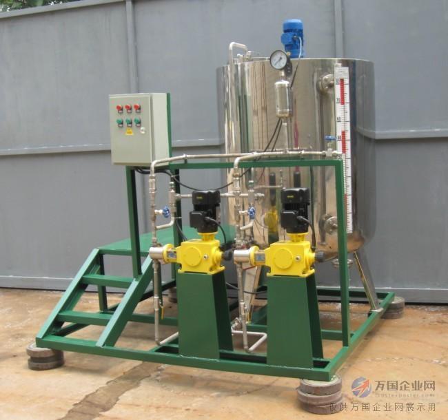 醋酸液位计产品概述: 可用于各种塔、罐槽、球形容器和锅炉等设备的介质液位检测。可以做到高密封,防泄漏和适应高压高温、腐蚀性条件下的液位测量,具有可靠的安全性,它弥补了玻璃板(管)液位计指示不清晰,易破碎的不足,不受高、低温度剧变的影响,不需多组液位计的组合。 全过程测量无盲区,显示醒目、读数直观,且测量范围大。特别是现场指示部分,由于不与液体介质直接接触,所以对高温、高压、高粘度、有毒有害、强腐蚀性介质,更显其优越性。因此,它比传统的玻璃管,板式液位计具有更高的可靠性、安全性、先进性、实用性。