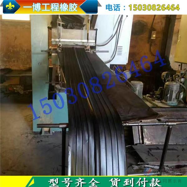 桥梁橡胶支座是由多层橡胶与钢板硫化粘合而成,它有足够的竖向钢度,能将上部构造的反力可靠的传递给墩台;有良好的弹性,以适应梁端的转动,又有教大的剪切变形能力,以满足上部构造的水平位移.在板式橡胶支座表面粘复一层1.5mm-3mm厚的聚四氟乙烯板,就能制作成聚四氟乙烯滑板式橡胶支座它除了竖向钢度与弹性变形,能承受垂直荷载及适应梁端转动外,因聚四氟乙烯板的低摩擦系数,可使梁端在四氟板表面自由滑动,水平位移不受限制,特别适宜中、小荷载,大位移量的桥梁使用.