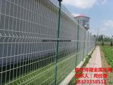公路铁路护栏网 桃形立柱护栏网多少钱一套 厂房围栏网