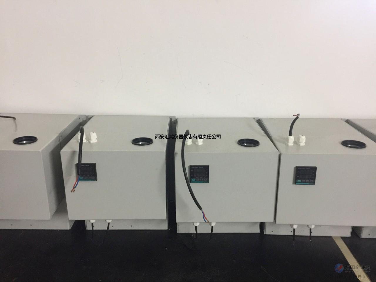 ZL-YB-300系列压缩机制冷机是为气体分析处理系统所设计,在样气处理过程中非常重要。本产品在实际使用过程中有出色的应用表现。采用冷井热吸收设计方式(冷井,用于安放热交换器,并给热交换器进行冷凝降温的金属冷凝筒)。热交换器可选用以下材质制成:玻璃、不锈钢、铜质、PVDF、PTFE。在实际应用中表现来看,玻璃材质的热交换器是好的选择。玻璃热交换器又名玻璃冷腔,冷腔内部采用独立的双回路冷凝气路,即一个冷腔内部有两个冷凝气路,两个冷凝气路相互独立,这样气体可以在一个冷腔中循环冷凝2次,保证了冷凝时间,有效的降