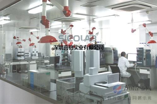400-8879-829食品企业及商业第三方食品实验室设计 1. 企业实验室 企业实验室可根据生产的产品品种、检测项目的多少和生产规模的大小设置,实验室仪器设备的配置也可繁、可简。对于这样的实验室,仪器设备的配置能满足企业产品品质检测就行了。 食品检验可分为两大项,一是检测产品的品质项目;二是检测产品的卫生项目,这一类项目的检测相对难度大、投资高。 (1)品质项目包括:水分、含盐量、含糖量、蛋白含量、脂肪含量、纤维含量、维生素含量、酸度等。对于这些项目的检测,如果经费有限,都可以采用化学法分析,只需配置