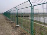 道路墨绿色浸塑隔离栅¥焊接方形孔围护栏立柱¥马路边框围栏厂家