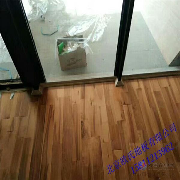 二、体育木地板的加工工艺和施工工艺要重视,体育木地板七分安装,三分地板,安装工艺是影响体育性能的关键,加工工艺是影响质量的关键。比如说,在安装时,工人是否用水准仪找平,是否用靠尺找平,木龙骨是否有浮点,空鼓,施工工艺是否严格按照体育馆木地板的施工规范。木地板的加工工艺,拼板是否平整,有没有高低差,大小头,油漆面是否耐磨,防滑,木结构的防虫,防腐是否到位。这都是采购时候要把关的,验收时候都是验收依据,我想,只有我们都能按照正规的标准施工,没有理
