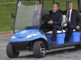 俄罗斯普京亲驾绿通电瓶车观园