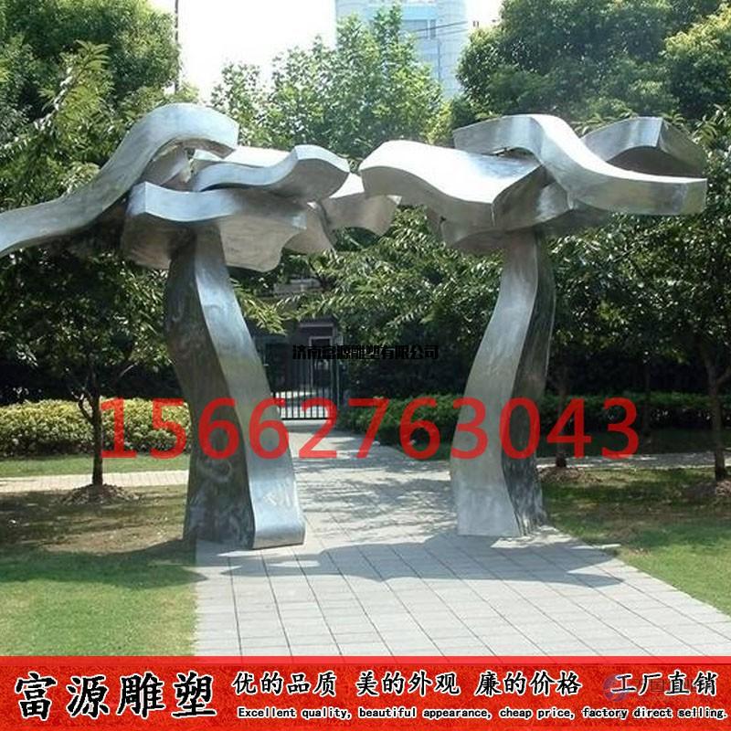随着现代城市的发展,不锈钢雕塑成为城市里面常见的城市雕塑。因不锈钢材质具有耐空气、蒸汽、水等弱腐蚀介质和酸、碱、盐等化学浸蚀性介质腐蚀的特性,且不易生锈,易清洁,抗风能力强,经久耐用,成为现代城市雕塑的主流。由于不锈钢雕塑有诸多的优越性,因此很多的大小型城市雕塑以不锈钢材质为材料。不锈钢雕塑有多种造型,几何雕塑,圆雕,抽象等,内容丰富,可塑性强。