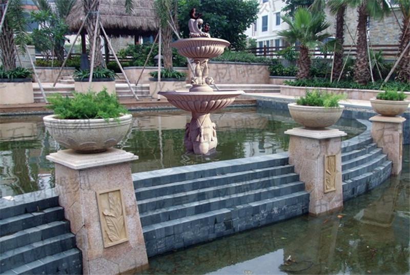 水池边上配上花盆也是经典的.水边有景,井边有盆,盆上有花.